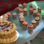 Bánh sinh nhật và 28 bánh kem nhỏ gắn đèn cầy của ku Bus