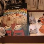 Cuốn sách có bài blog của mình và 5 con mèo được lắp ráp bằng tay